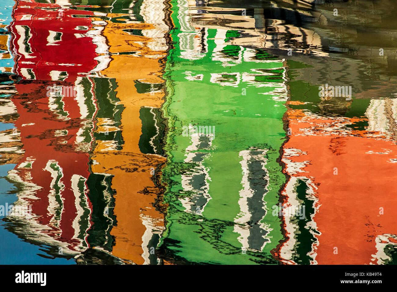 Bunte Häuser von Burano, Italien reflektiert das Wasser Stockbild