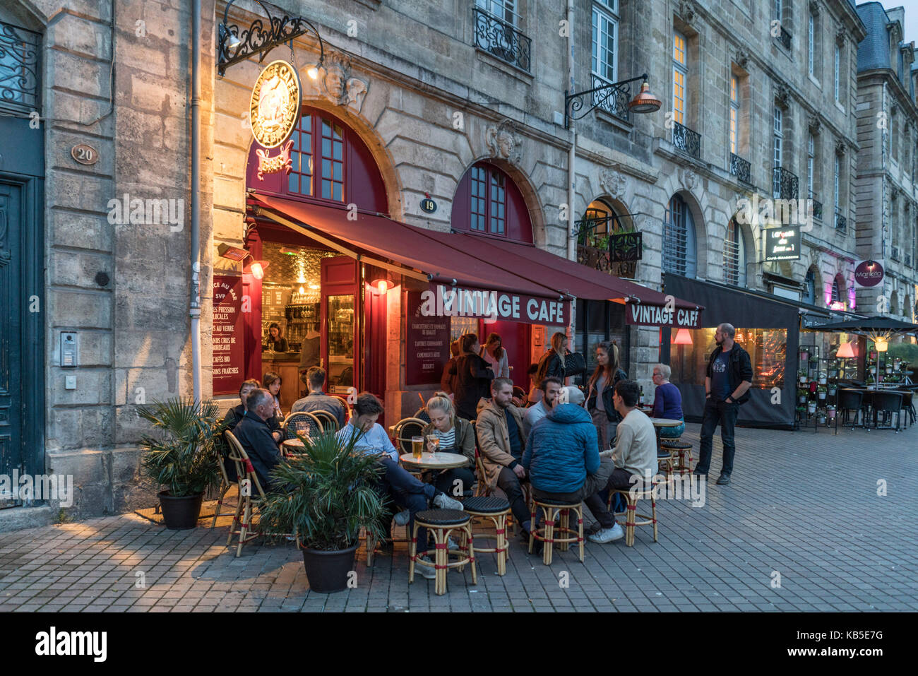 Oldtimer Café, Rue Richelieu, Street Cafe, Bordeaux, Frankreich Stockbild