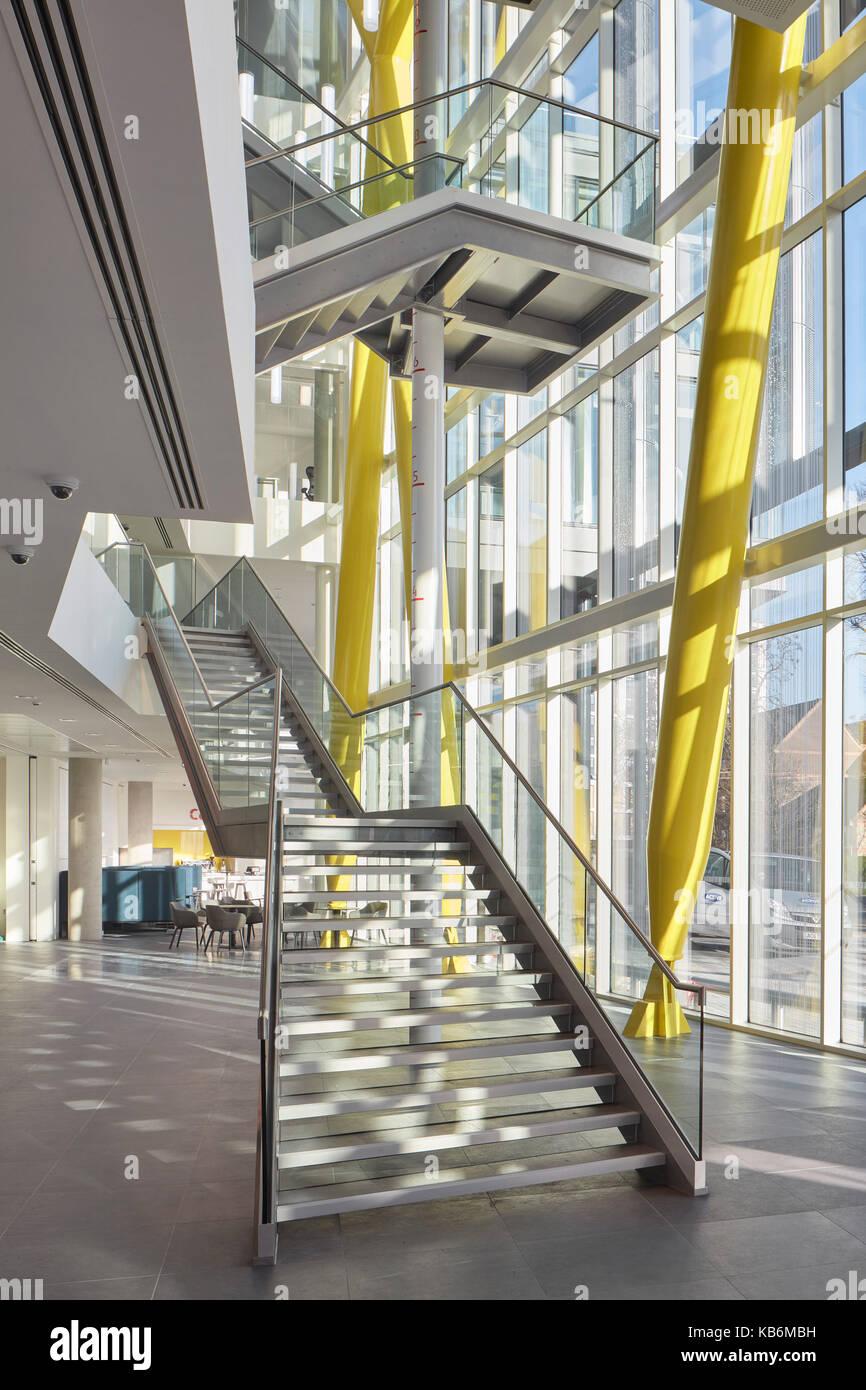 Treppen architektur design  Schrägansicht der Treppe. 40 Brighton Road, Sutton, Großbritannien ...
