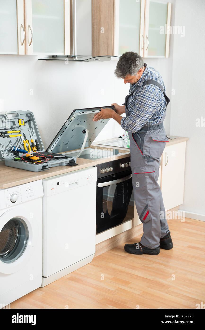 Handwerker Küche | Reifen Handwerker Prufung Der Herd In Der Kuche Stockfoto Bild