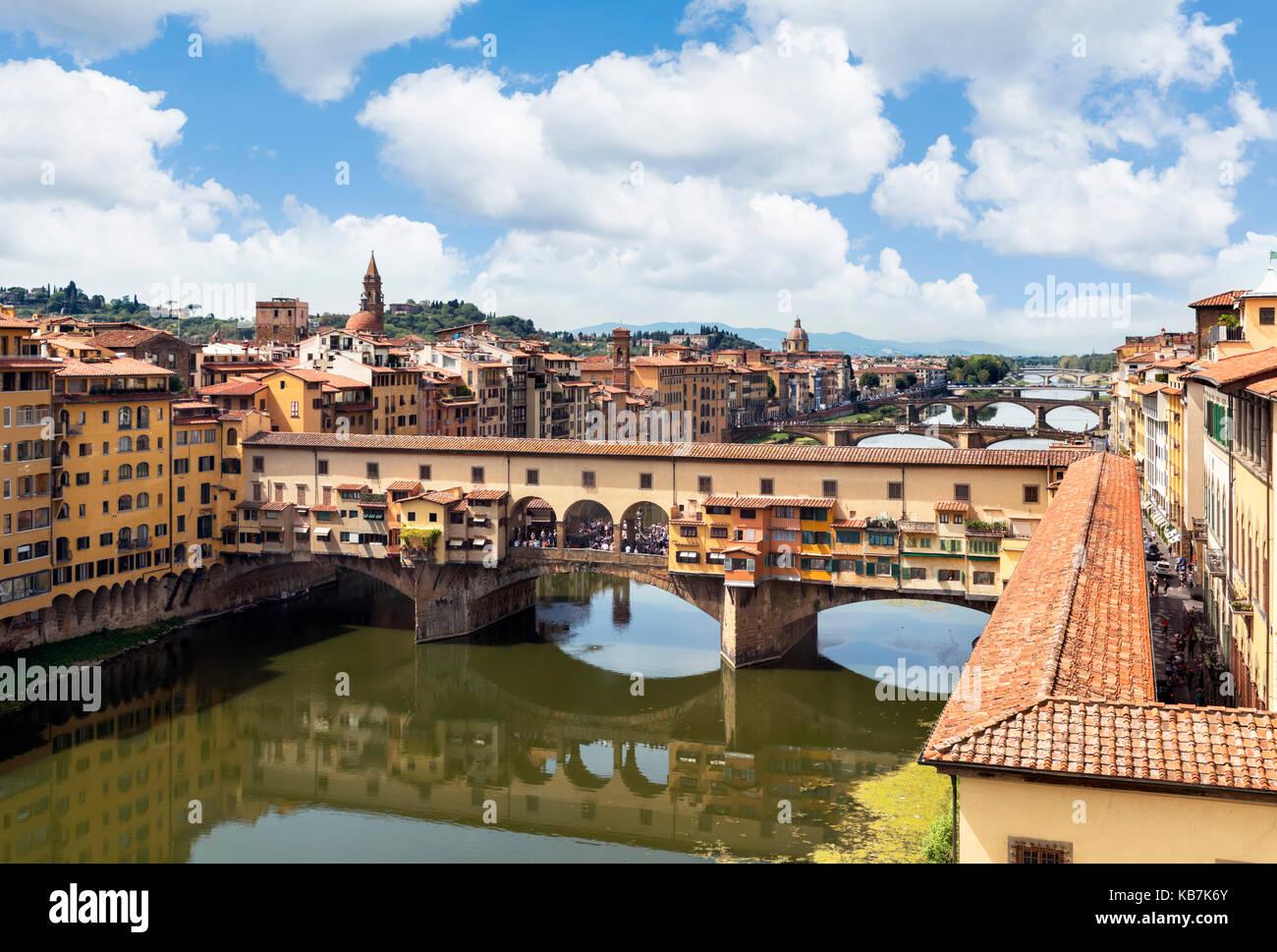 Blick auf den Ponte Vecchio und den Arno von den Uffizien, Florenz, Italien. Stockbild