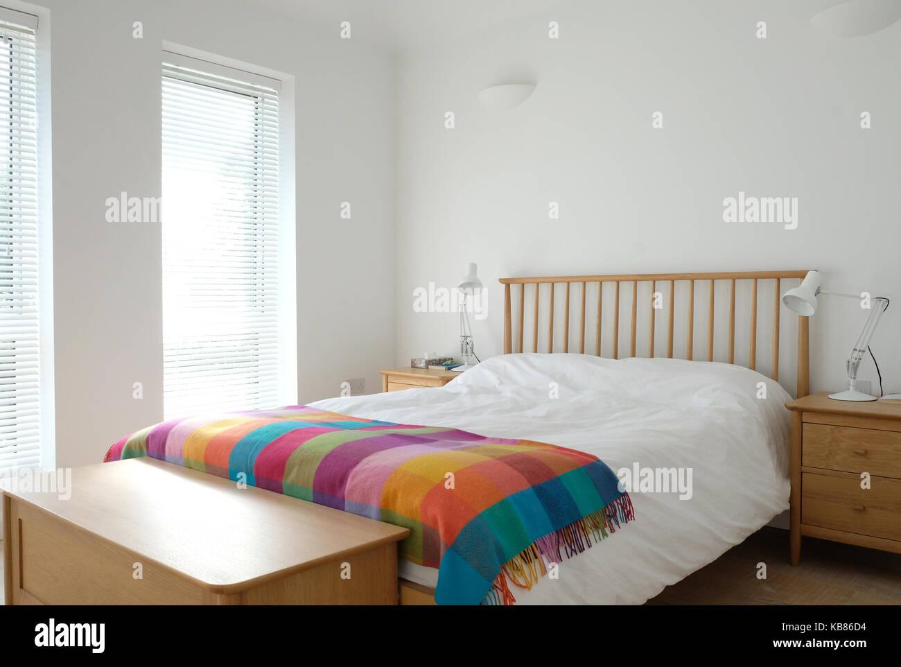Scandi Inspiriert Schlafzimmer Innenraum Mit Holz Schlafzimmer Mobel Weissen Wanden Weisser Bettwasche Und Bunten Decke Stockfotografie Alamy