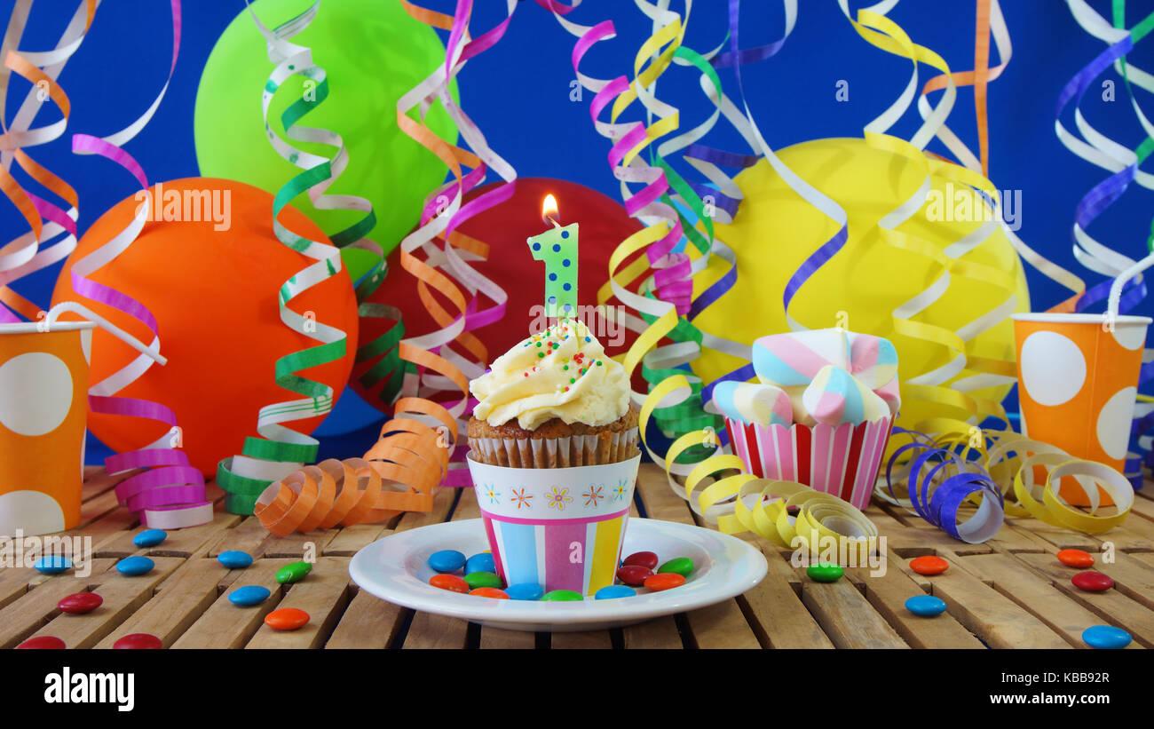 1 Geburtstag Kuchen Mit Kerzen Brennen Auf Der Rustikalen Holztisch