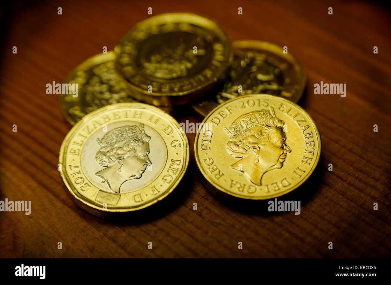 Neue pound Münze und alten pound Münze Großbritannien Stockbild