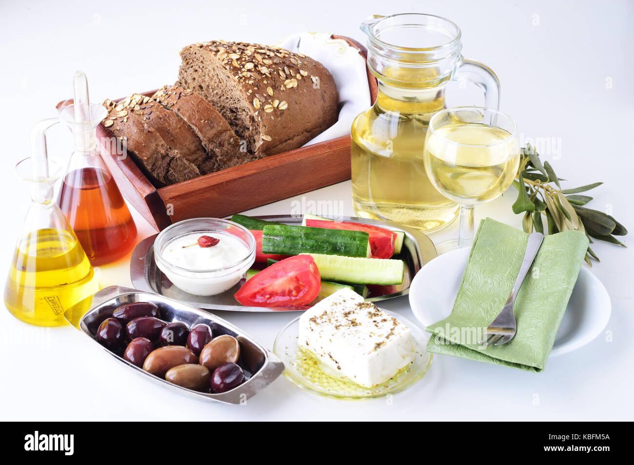 Griechische Küche, mezedes. Gläser mit Olivenöl und Weinessig ...