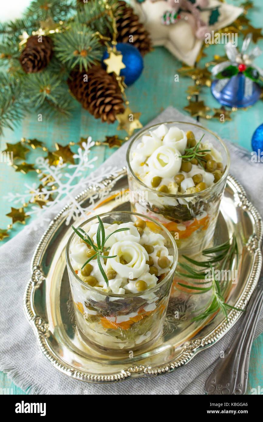 Hausgemachte Urlaub snack Weihnachten Tabelle. Salat mit marinierten Gurken, Kartoffeln, Crab Sticks, grüne Stockbild