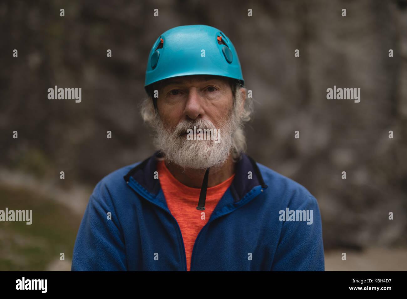 Portrait von älteren Menschen durch das Tragen von schützender helm Stockbild