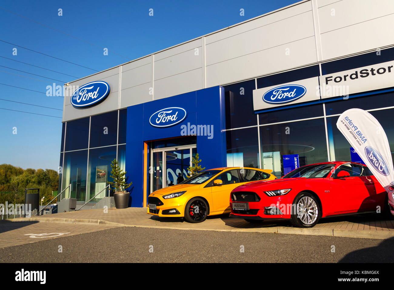 Prag, tschechische Republik - 29 September: Autos vor Ford Motor Company dealership Gebäude am 29. September Stockbild