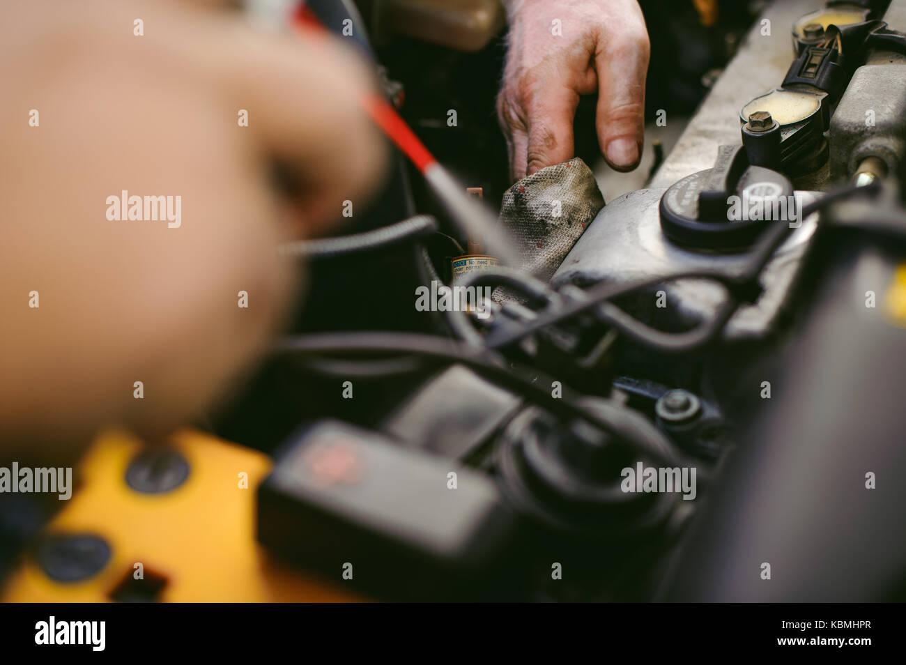 Hände von einem Automechaniker close-up. Wartung und Pflege für ein Auto Motor Stockbild