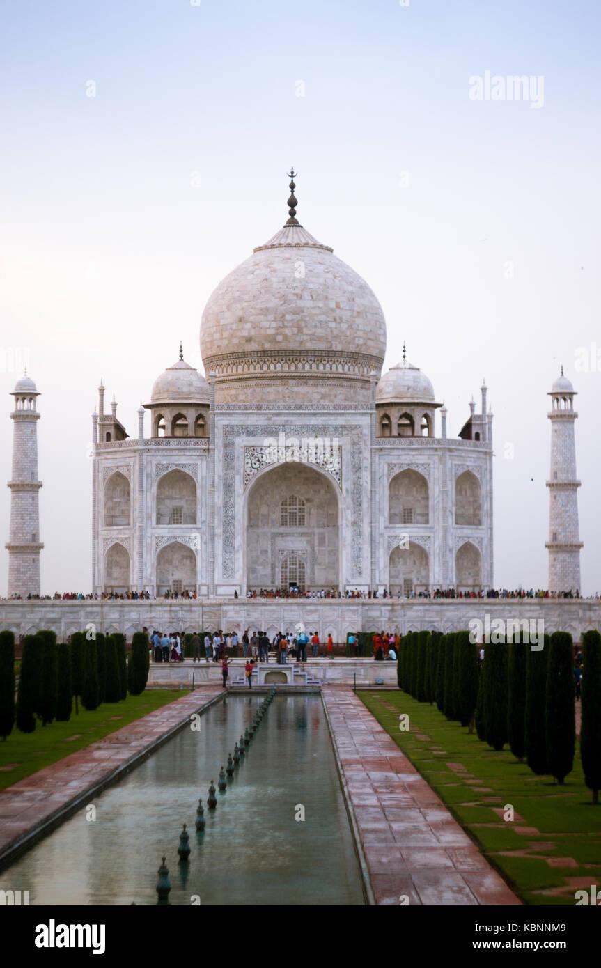 Taj Mahal bei Sonnenuntergang mit riesigen Menschenmenge vor ihm Stockbild