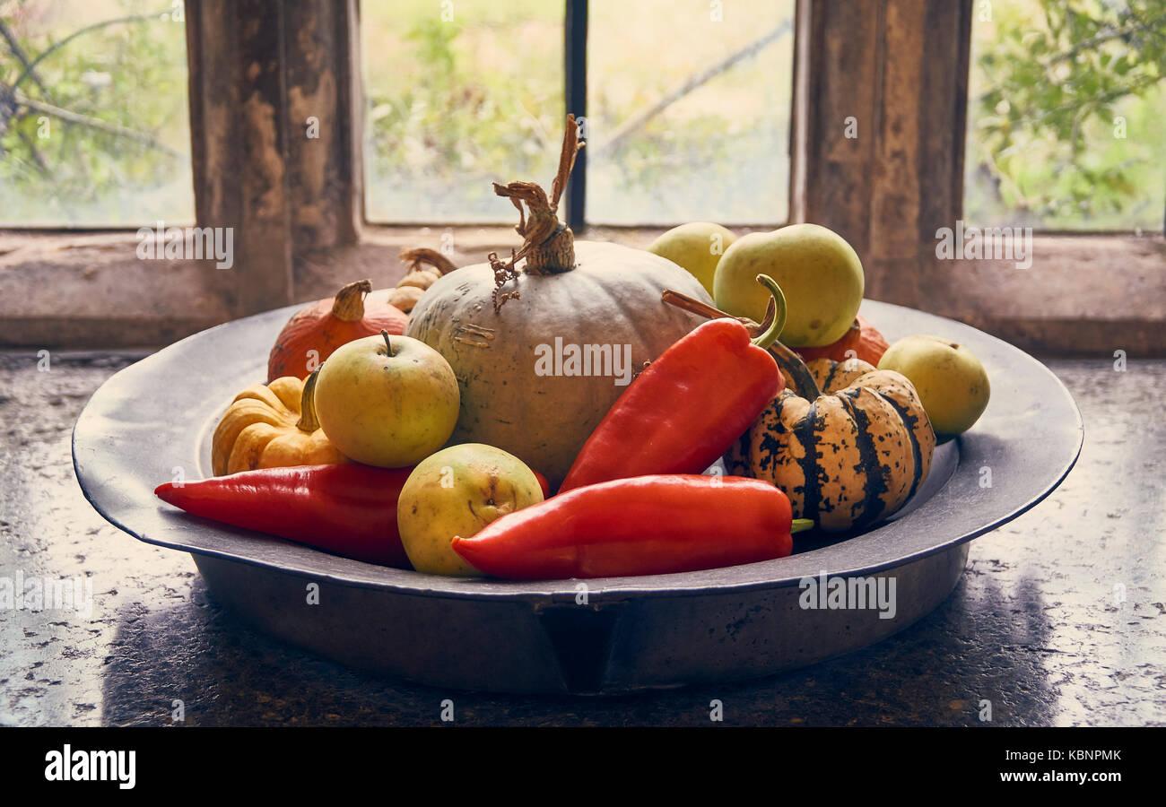 Sammlung Von Herbst Land Früchte In Eine Rustikale Platte Auf Einem Alten  Fensterbank
