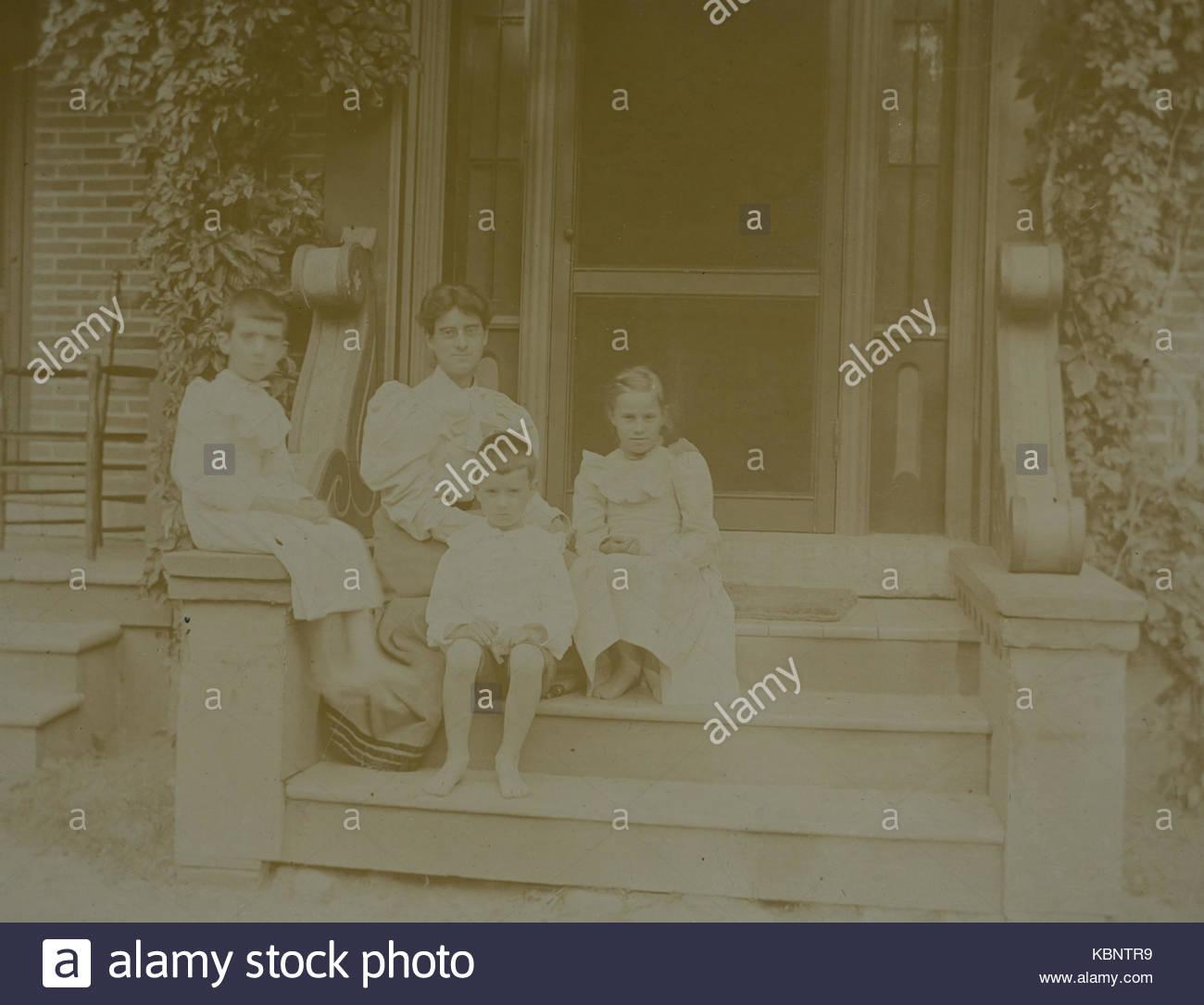 Amerikanische Archiv Schwarzweiss Familie Portrait Foto Von Einer Mutter Und Drei Kinder Sitzen Auf Schritte Stockbild