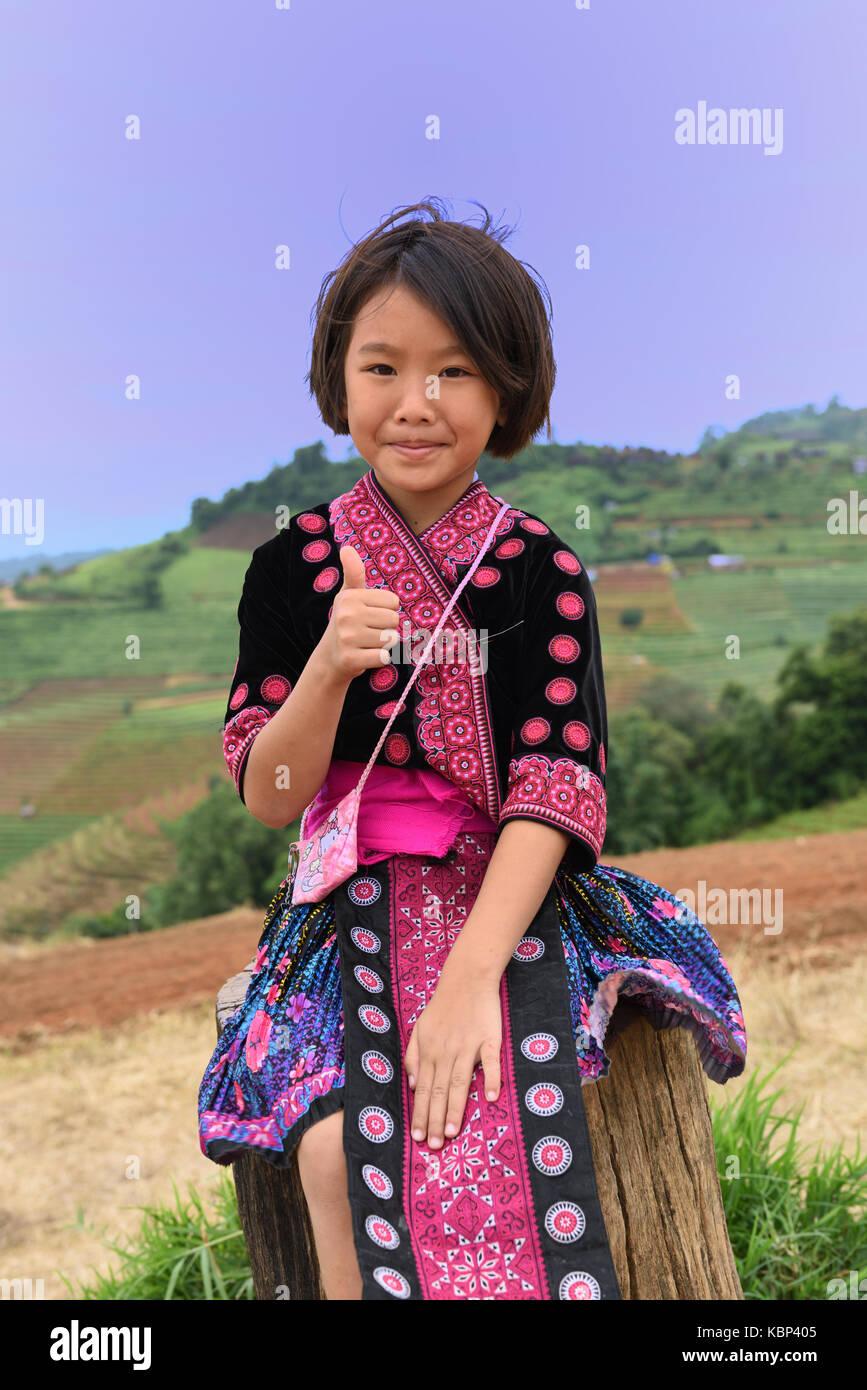 Junge Hmong Mädchen mit traditionellen Kleid posiert für die Kamera am Berg Sicht von Mon Cham, Provinz Chiang Mai, Thailand Stockfoto