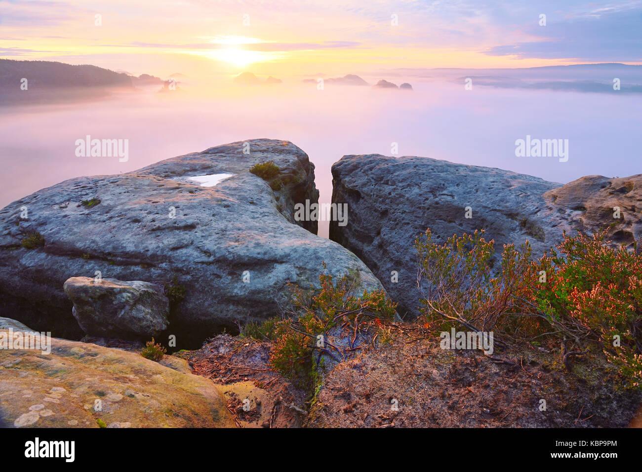 Erstaunliche moment in herbstlichen Tagesanbruch in Sächsische Schweiz Nationalpark. Scharfe Spitzen aus Sandstein Stockbild