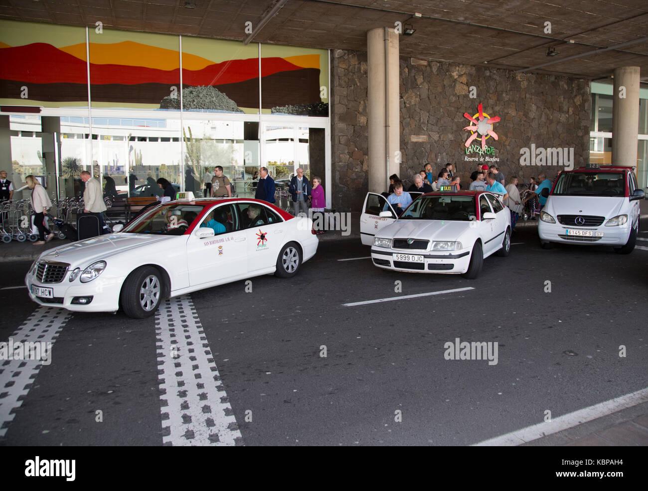 Weißen Taxis außerhalb Flughafen Terminal 2 in Lanzarote, Kanarische Inseln, Spanien Stockbild