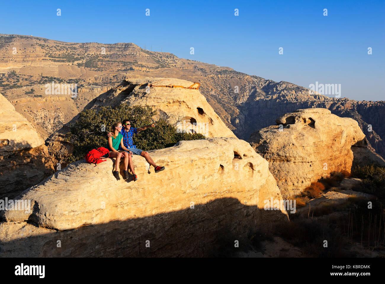 Wanderer am White dome Trail, Dana Biosphärenreservat, Dana, Jordanien Stockbild