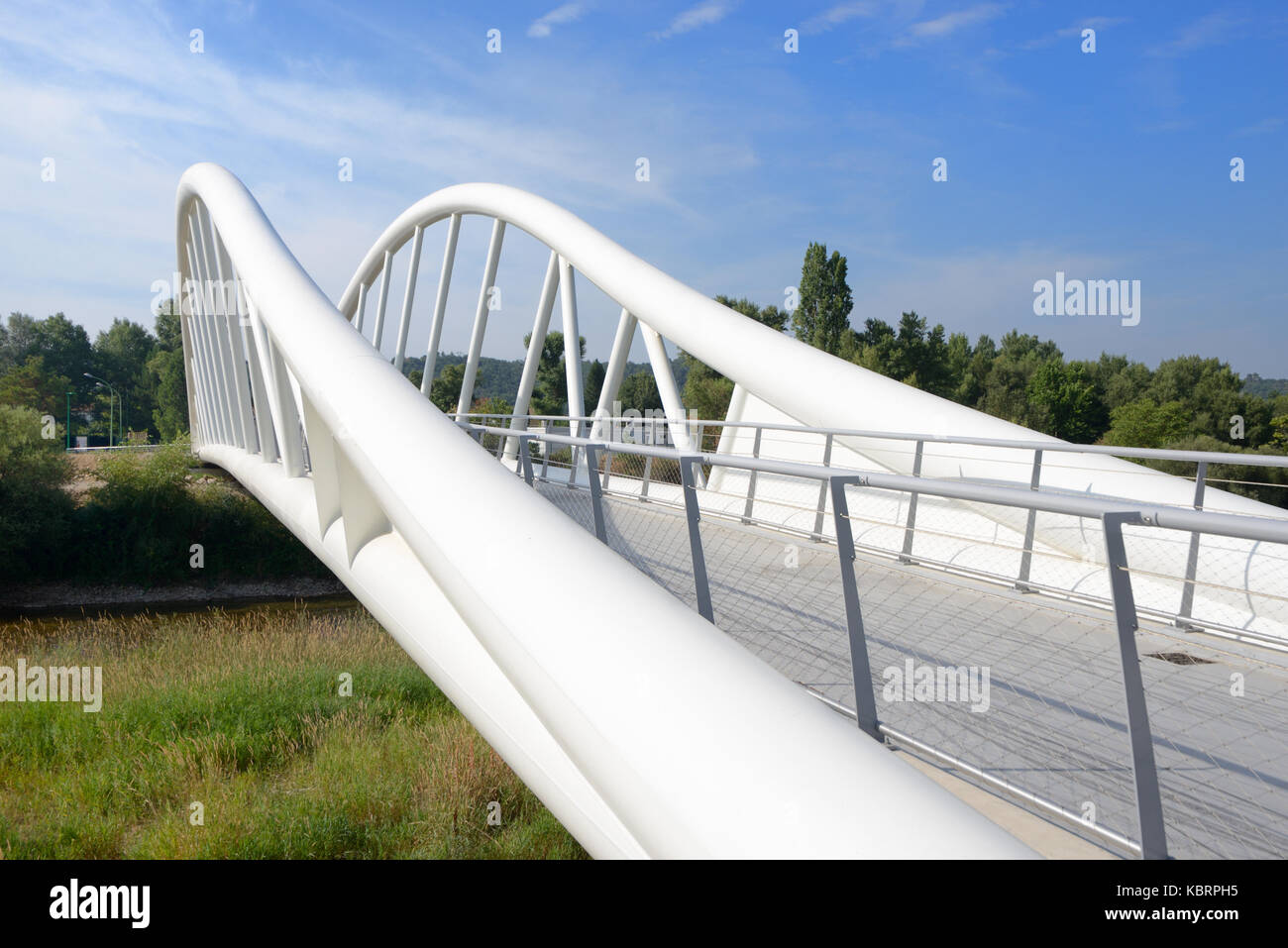 Zeitgenössischer Stil kurvenförmige Stahl Fußgängerbrücke über den ...