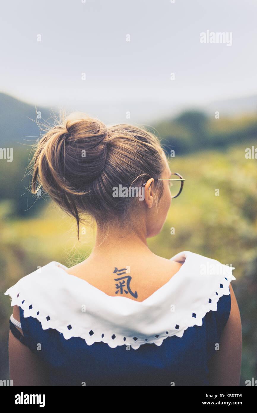 Blonde Mädchen in eine blaue Bluse in der Landschaft. Stockbild