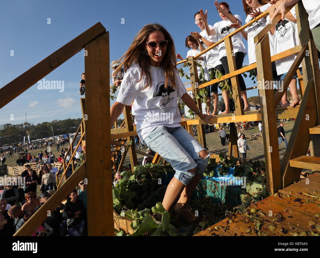 Krim, Russland. 30 Sep, 2017. Ein Mädchen stomps Trauben am WineFest Weinlese und die Herstellung von Wein Stockbild