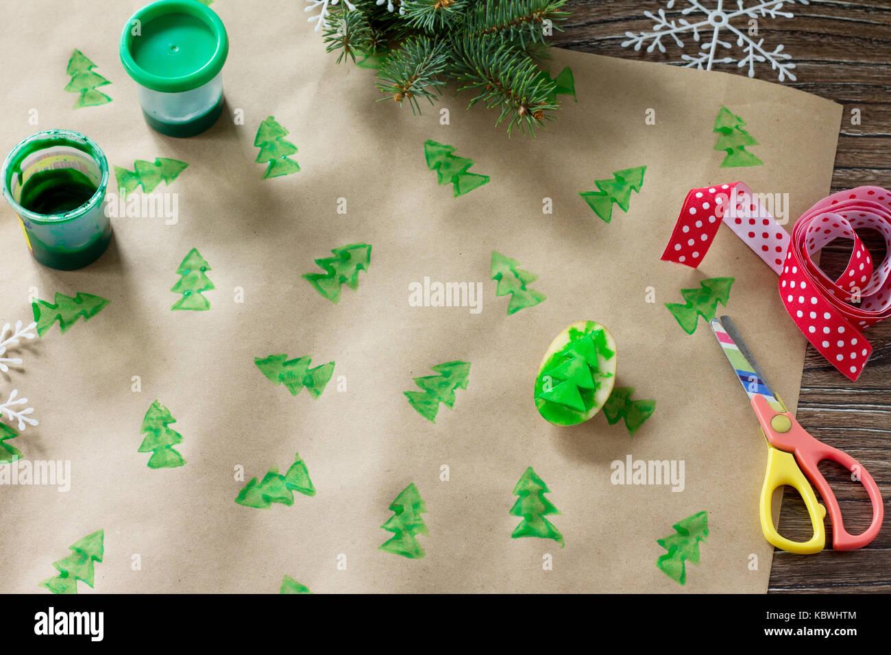 Kind zeichnet Details von Weihnachten Geschenke Box und Schneemann ...