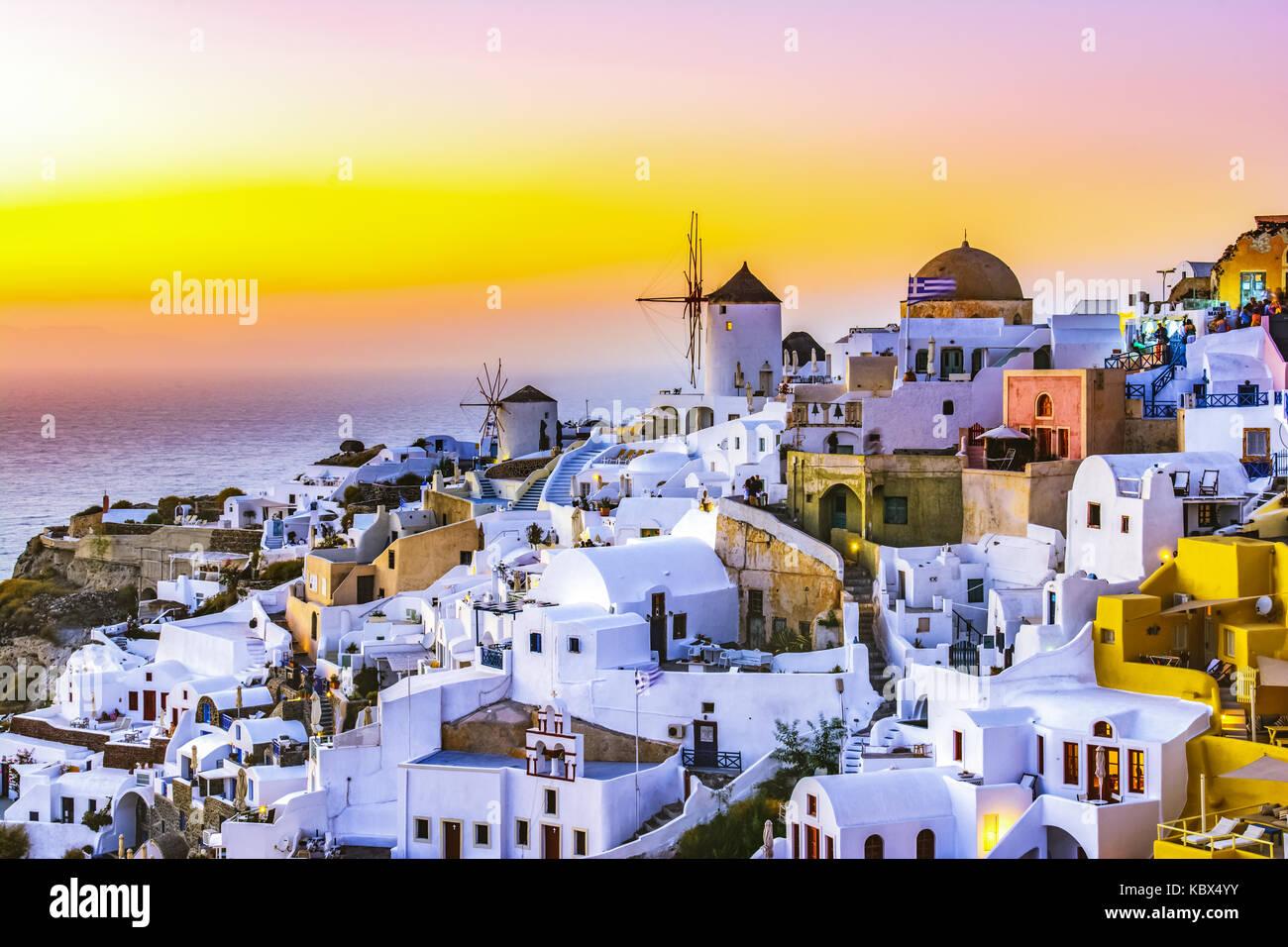 Sonnenuntergang in Oia, Santorini, Griechenland. Traditionelle und berühmte weisse Häuser und Kirchen Stockbild
