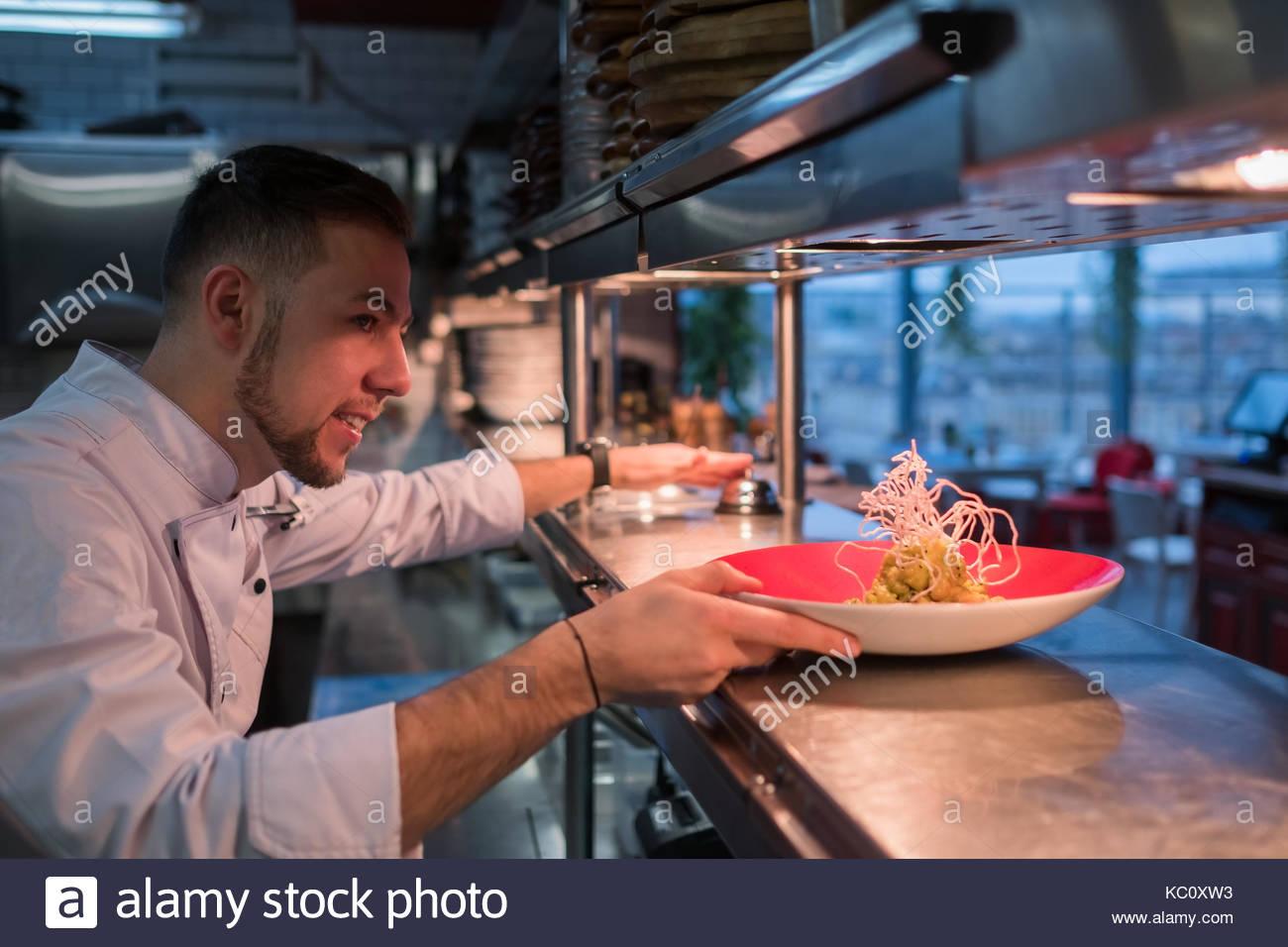 Kaukasische mann Köche gesunde Mahlzeit. Stockbild