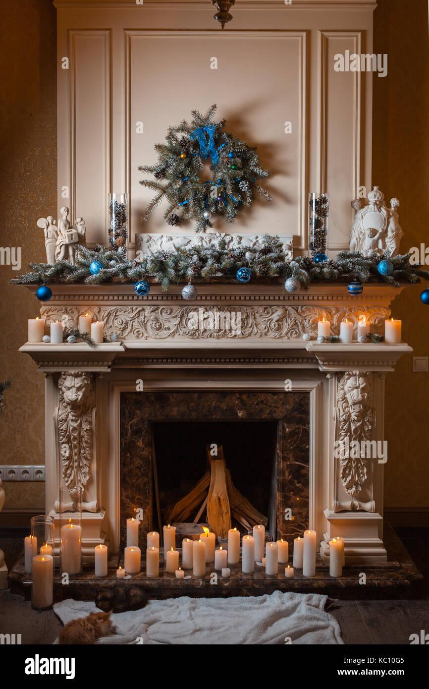 Weihnachten Kamin Mit Kerzen Und Dekoration Katzchen In Der Nahe Der Feuerstelle Stockfotografie Alamy