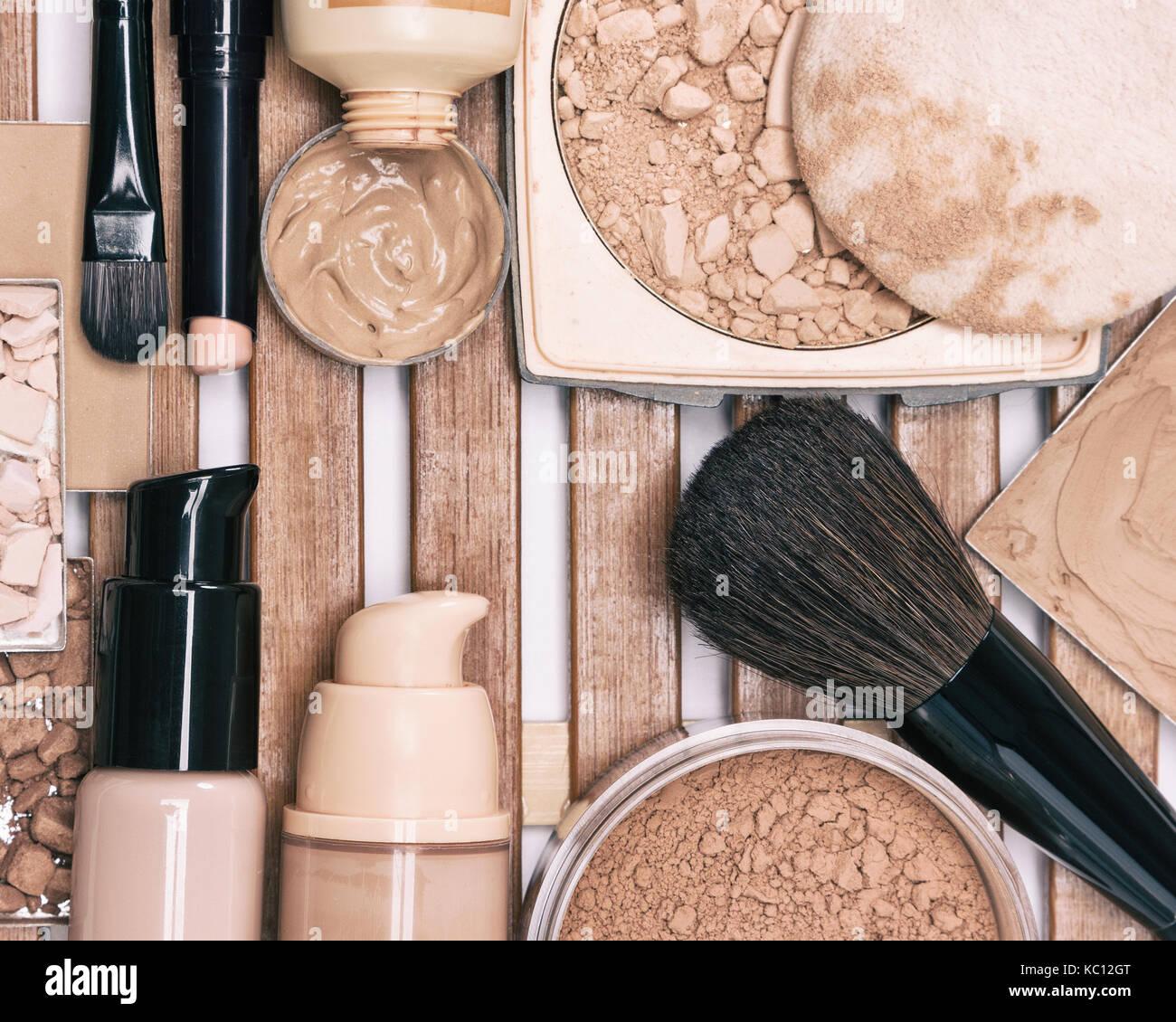 Make-up-Produkte für den fehlerlosen Teint: concealer, Stiftung, Pulver mit professionellen Make-up Pinsel Stockfoto