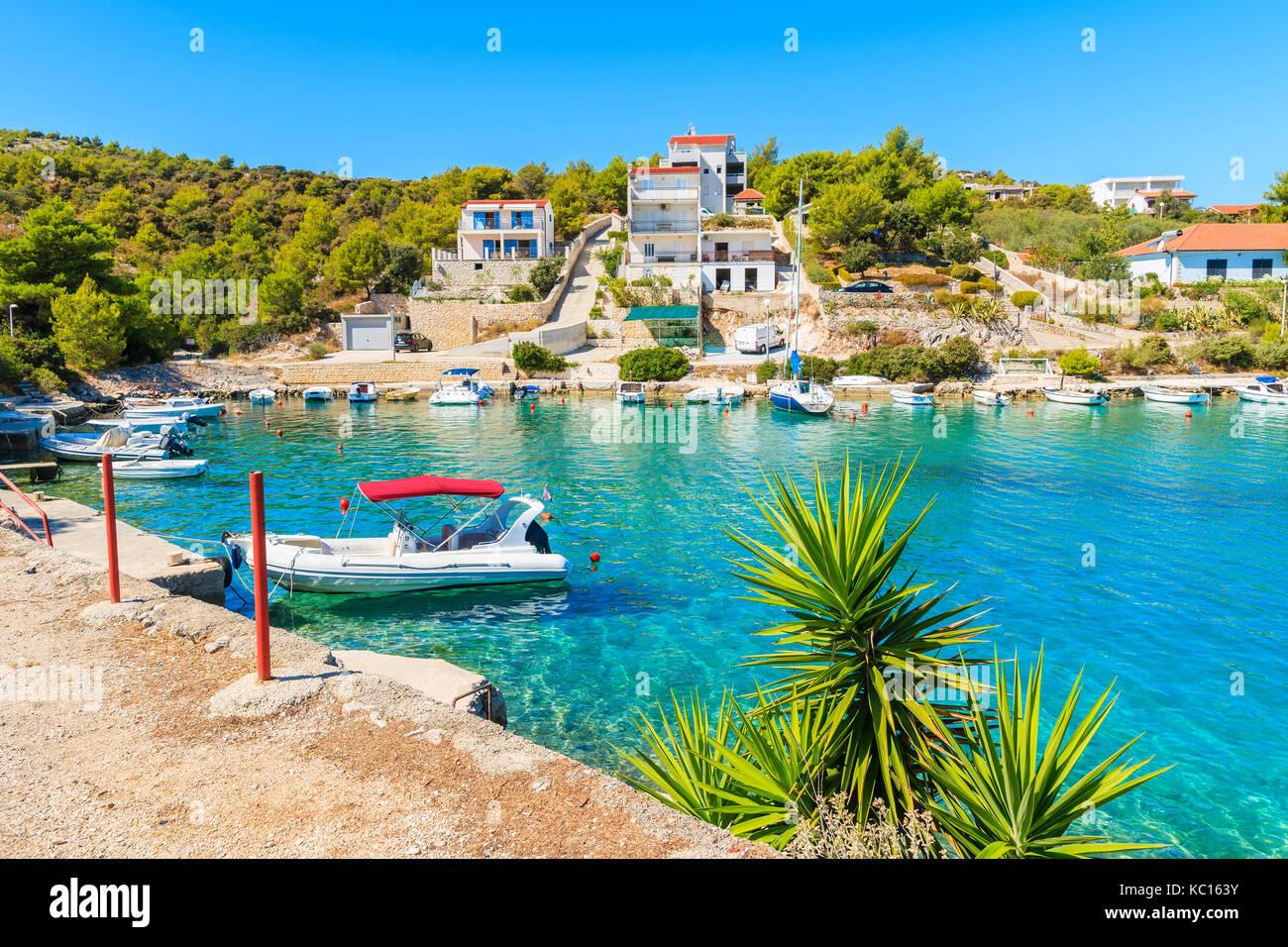 e6ae2a4ed1b755 Boote ankern in einer schönen Bucht mit türkisblauem Meer Wasser in Razanj  port