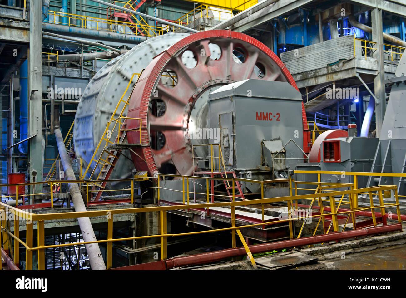 Kugelmühle für das Zerkleinern von größeren Felsen von Kupfererz, Erdenet Mining Corporation Stockbild