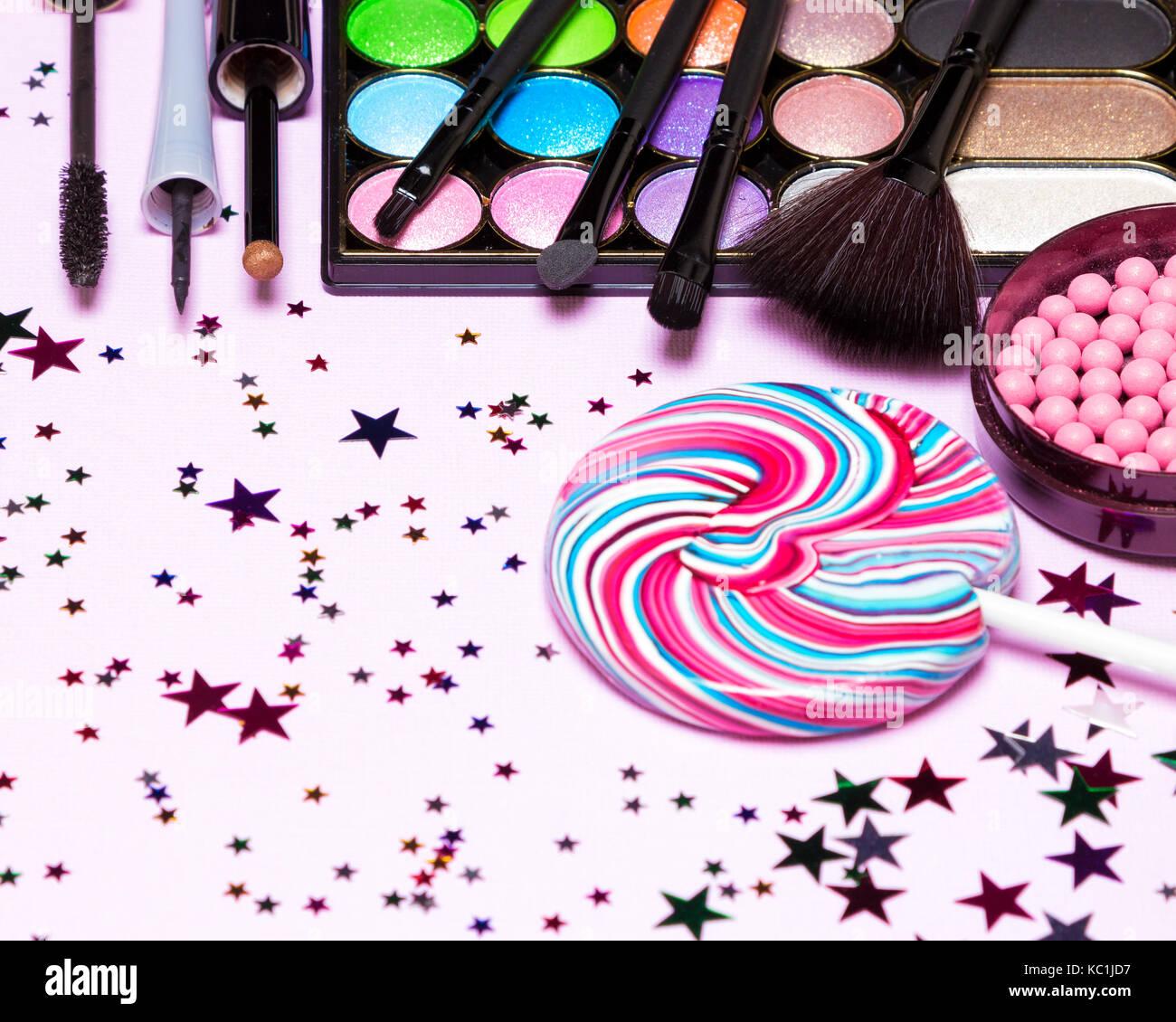 Holiday Party Make-up Kosmetik. Farbe glitzer Lidschatten, Rouge, flüssigen Eyeliner, Mascara, Bürsten Stockbild