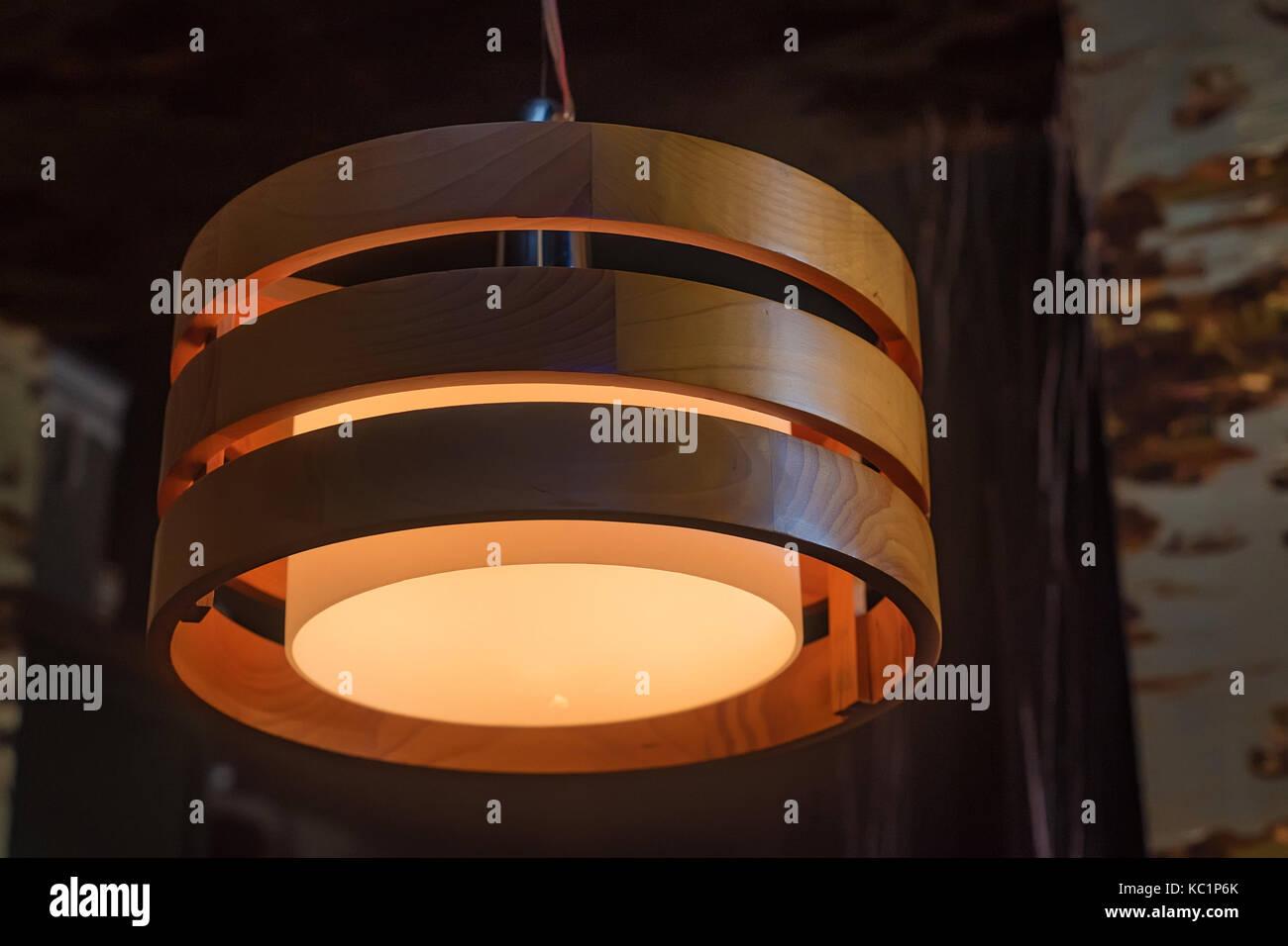 Kronleuchter Holz ~ Moderne holz kronleuchter an der decke stockfoto bild