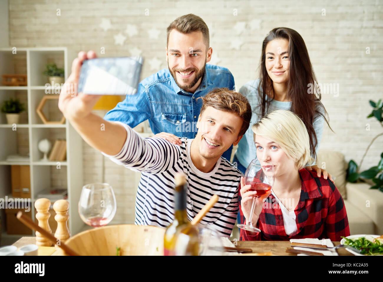 Portrait von glücklichen Freunde unter selfie am Tisch beim Feiern festliche Anlässe Stockbild