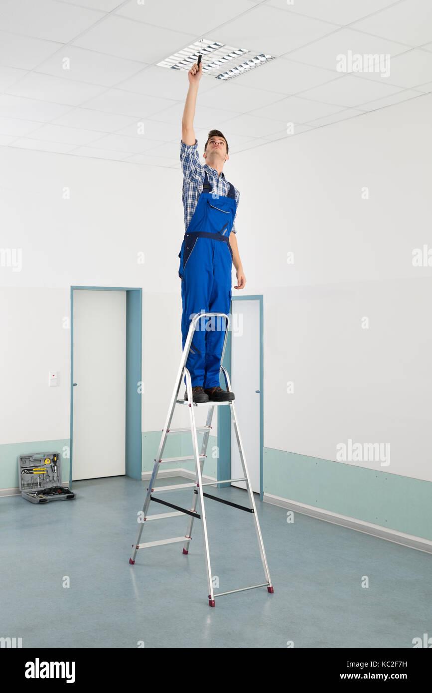 Männliche Elektriker Trittleiter Installation Deckenleuchte ...