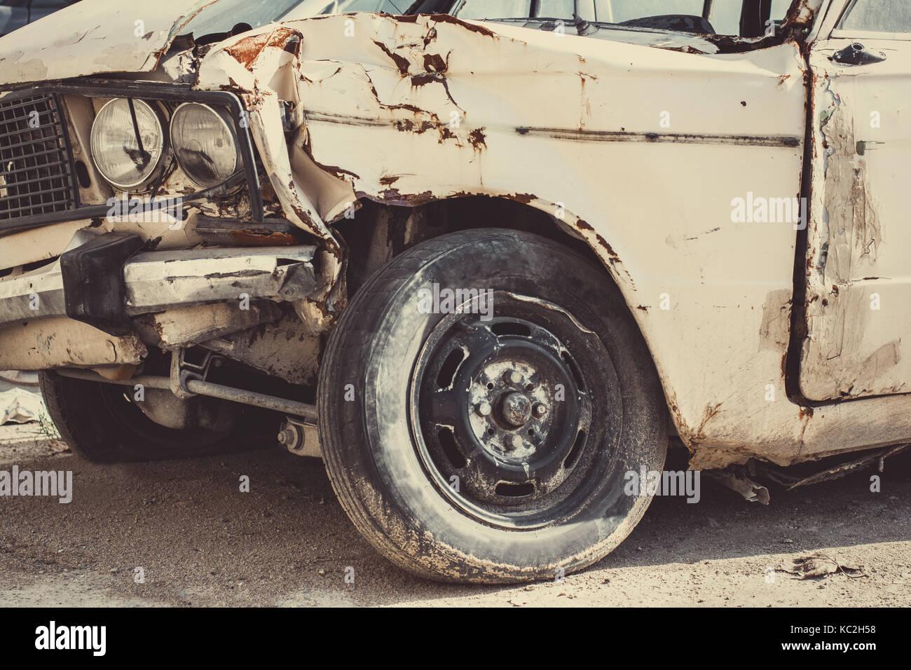 alte kaputte auto nach einem unfall stockfoto bild. Black Bedroom Furniture Sets. Home Design Ideas