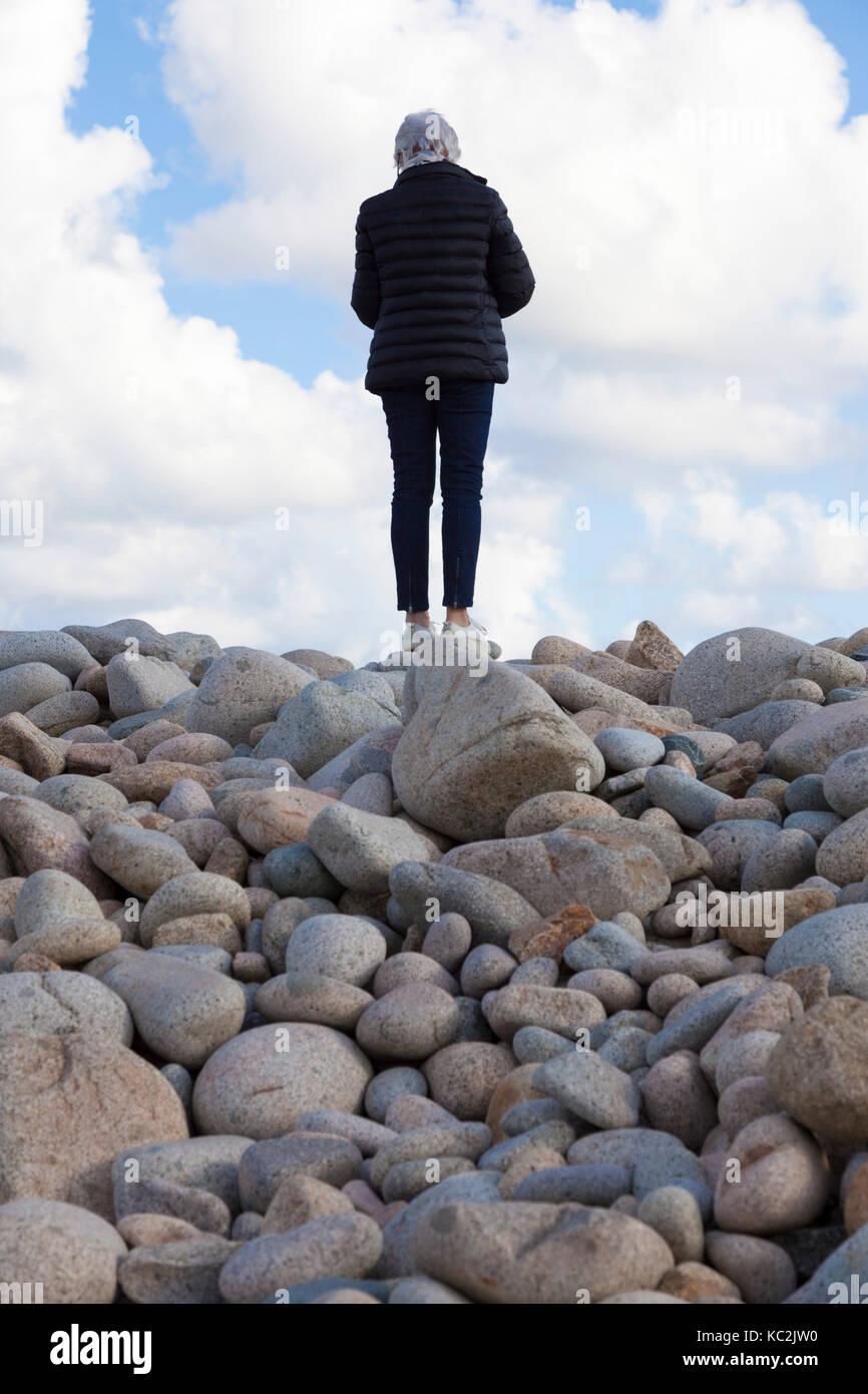 An der Nordwestküste der Insel Bréhat (Bretagne - Frankreich), ein älterer Bürger Touristen Stockbild