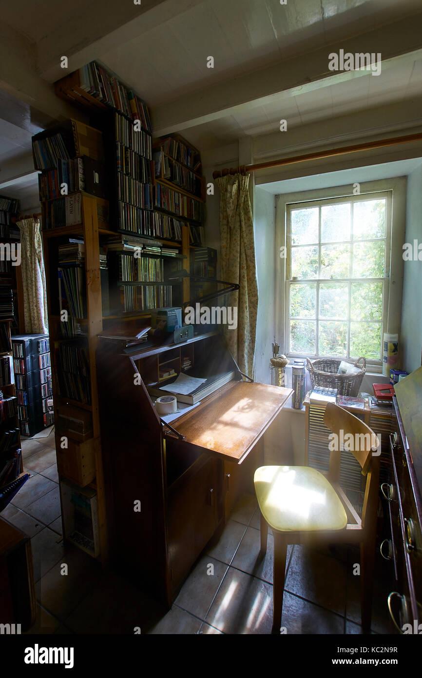 Uriges Haus Innenraum; Zimmer mit Schatten und sonnendurchfluteten ...