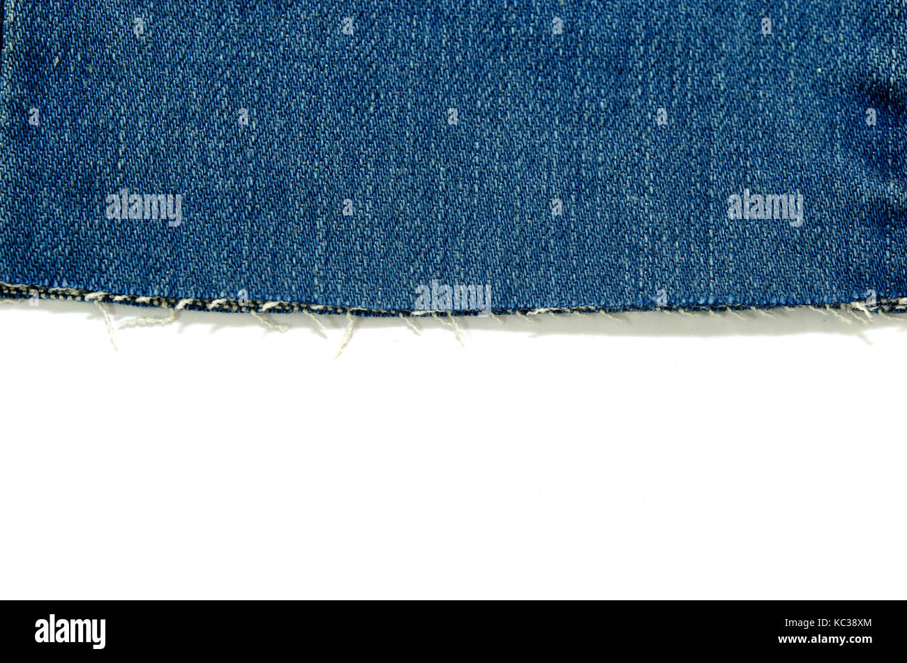 Rand der blauen Jeans Stoff mit Fransen auf weißem Hintergrund ...