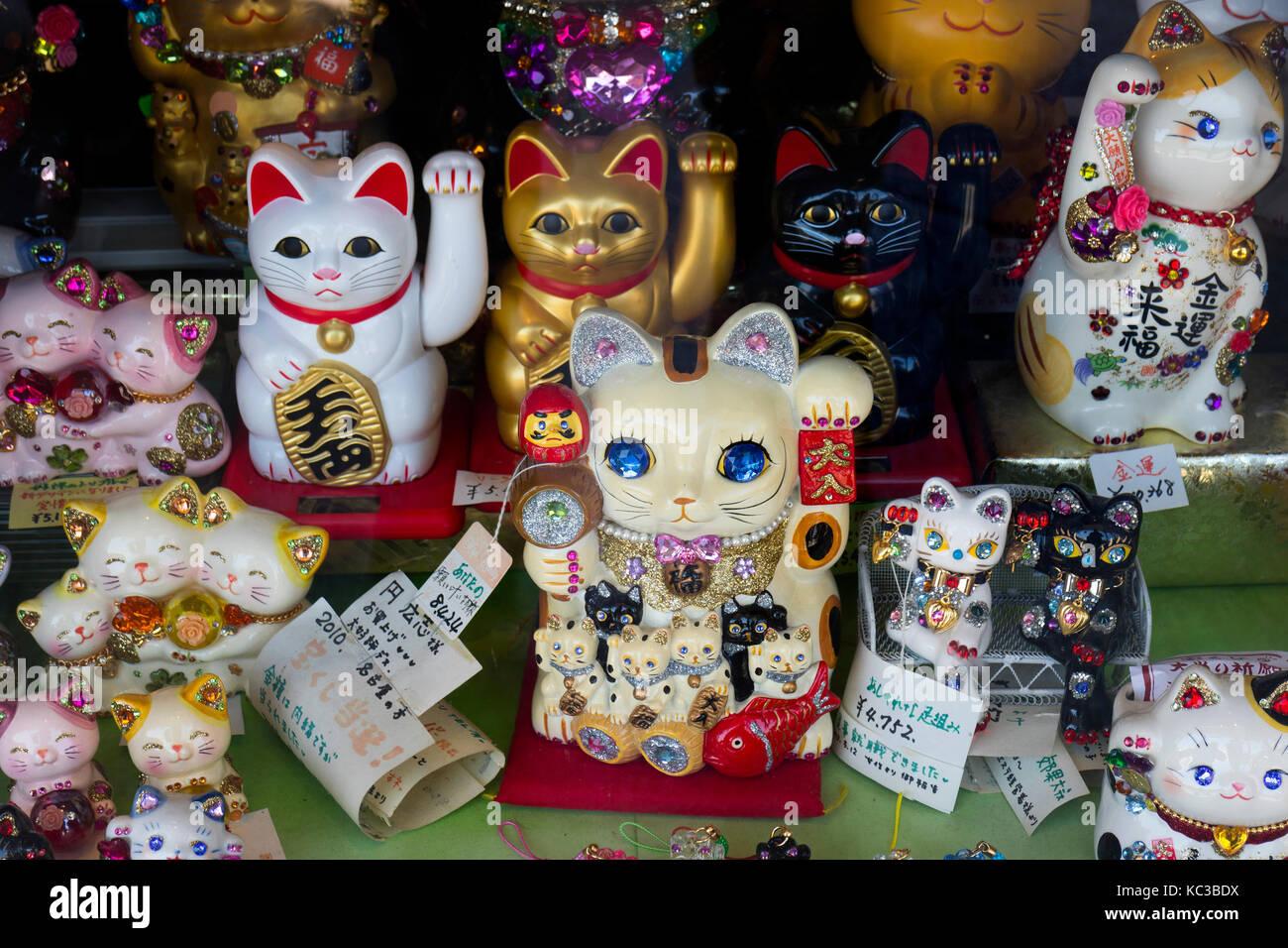 Kyoto, Japan - 18. Mai 2017: Verschiedene traditionelle Manekineko, lucky Katzen als Mitbringsel oder Geschenk Stockbild