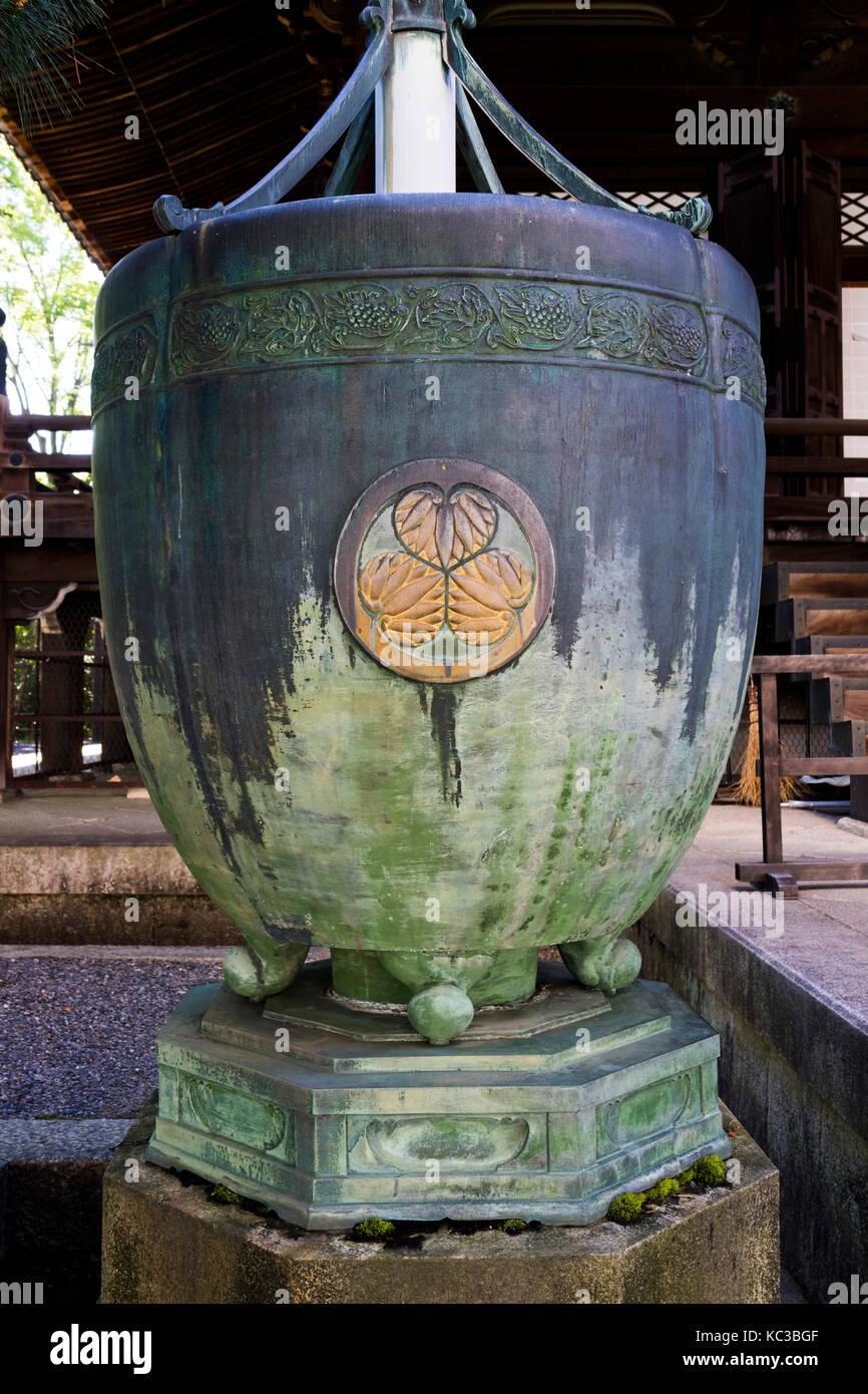 Kyoto, Japan - 18. Mai 2017: Ornament mit Lotus Blumen auf einem Brunnen vor dem Chion-In Tempel in Kyoto, Japan Stockbild