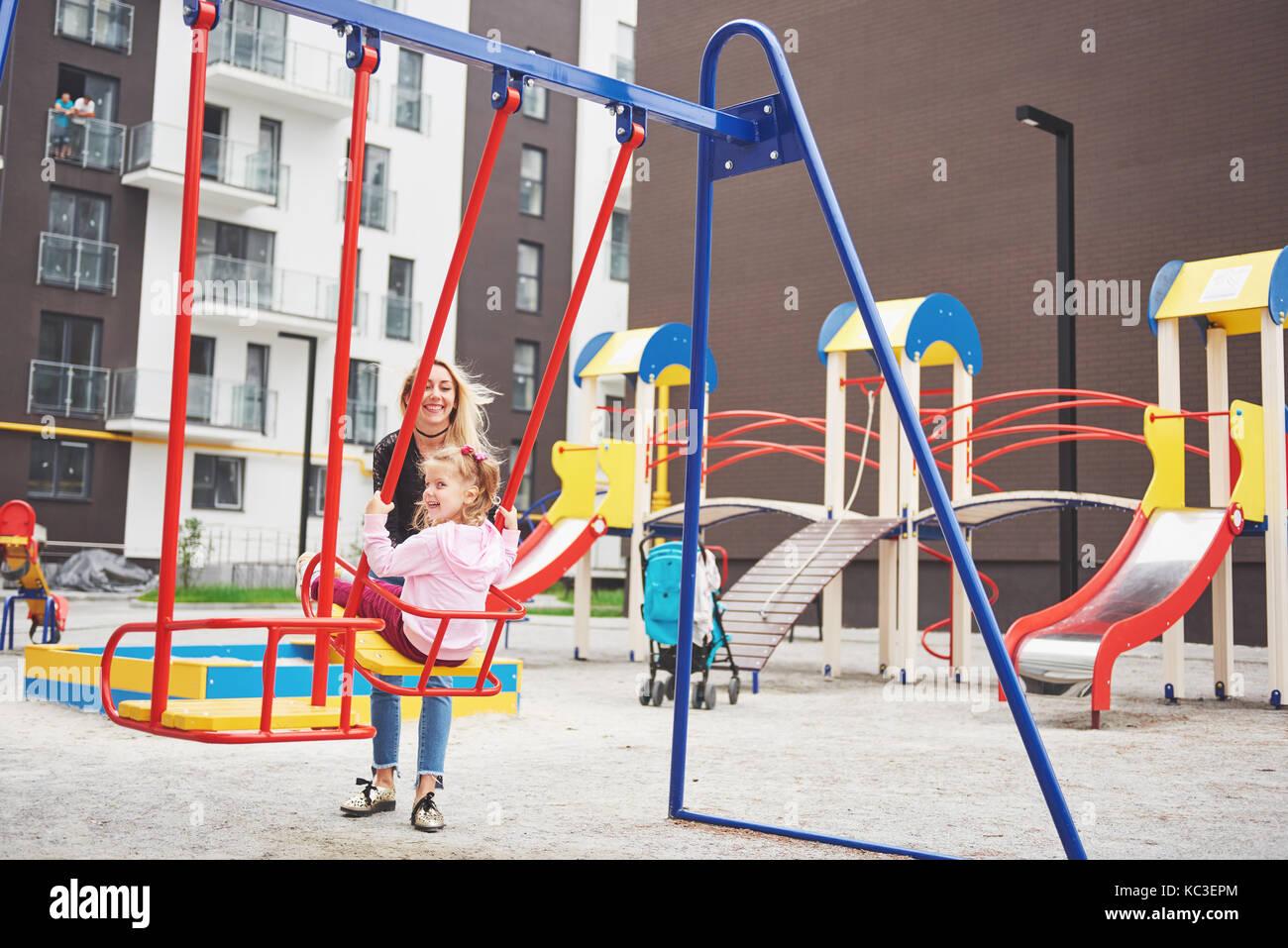 Mutter mit Kind auf dem Spielplatz Stockfoto
