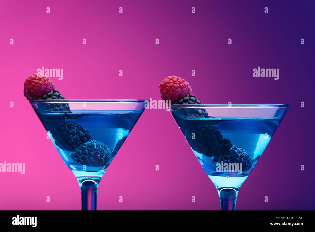 Bunte Cocktails mit Beeren garniert Stockfoto