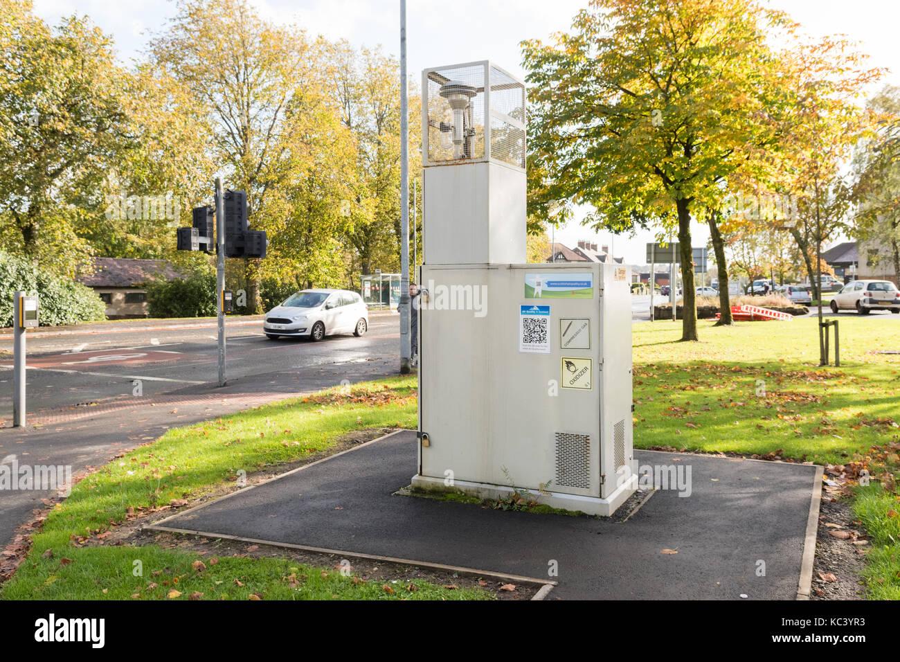 Die Überwachung der Luftqualität am Straßenrand, Milngavie, Schottland, Großbritannien Stockbild