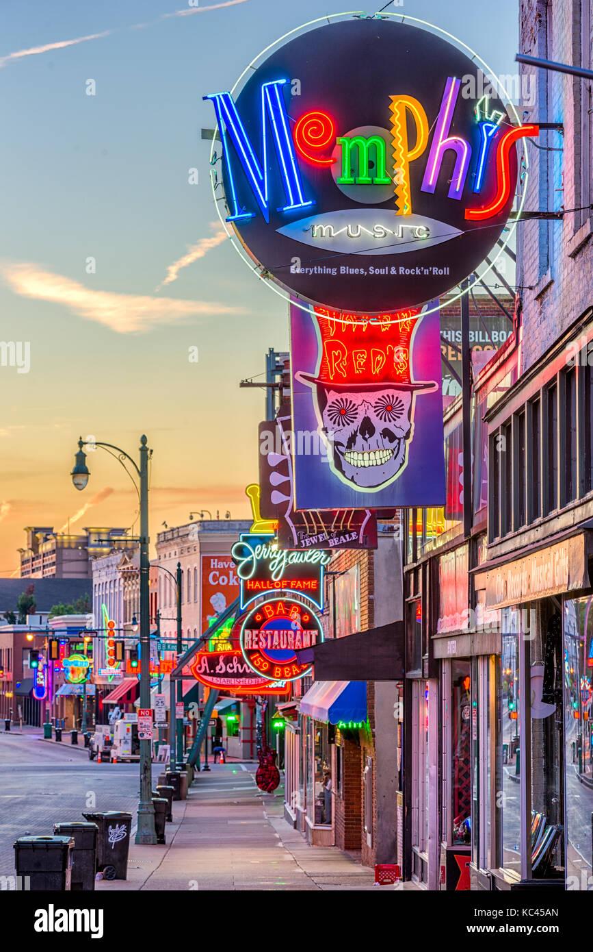MEMPHIS, Tennessee - 25. AUGUST 2017: Blues Clubs auf der historischen Beale Street in der Dämmerung. Stockbild
