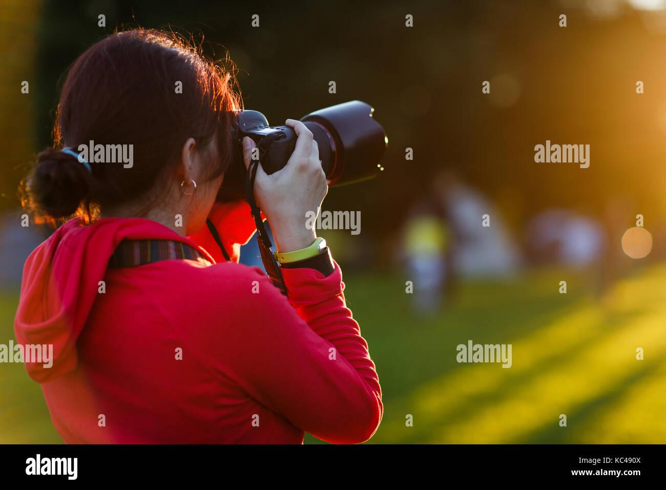 Foto von Brünette mit Kamera Stockbild