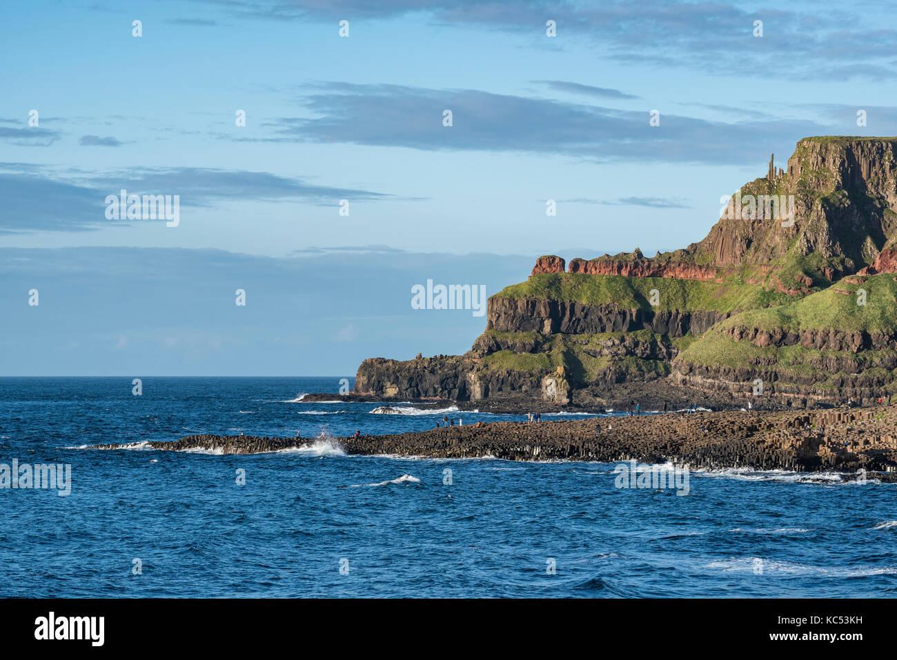 Die touristenattraktion Giant's Causeway auf der atlantischen Küste, County Antrim, Nordirland, Großbritannien Stockbild