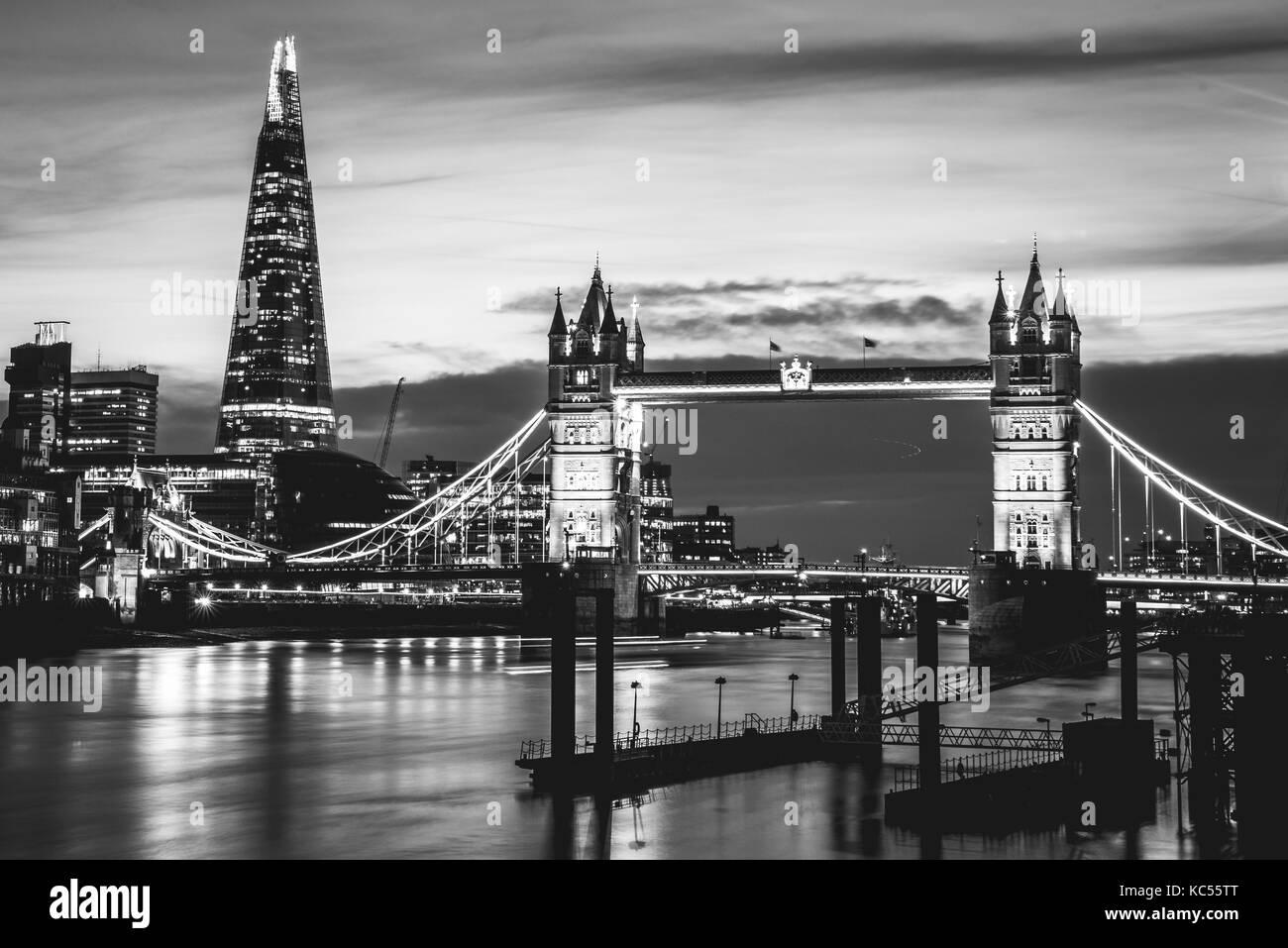 Themse, die Tower Bridge, den Shard, Nacht, Szene, beleuchtet, Wasser, Southwark, St Katharine & Wapping, London, Stockbild