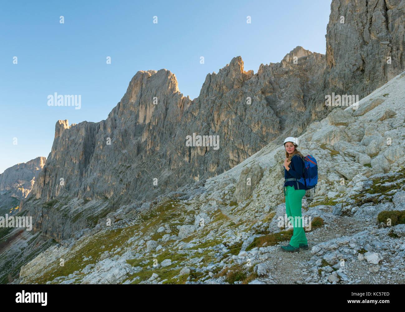 Klettersteig Rosengarten : Wanderer auf dem santner klettersteig rosengarten dolomiten