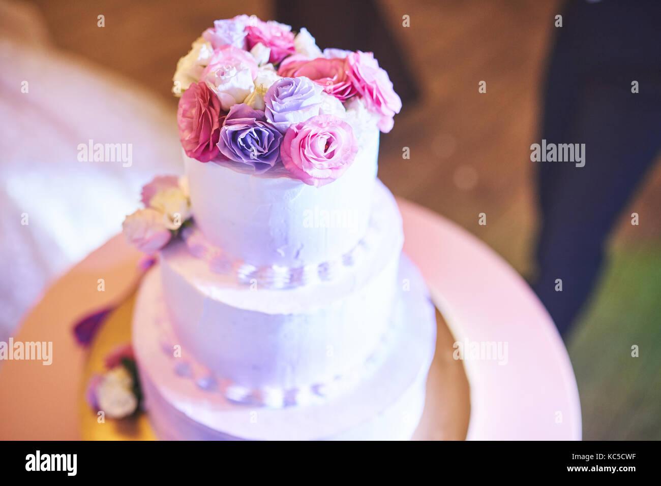 Schöne der Hochzeitstorte mit Blumen auf der Oberseite Stockbild