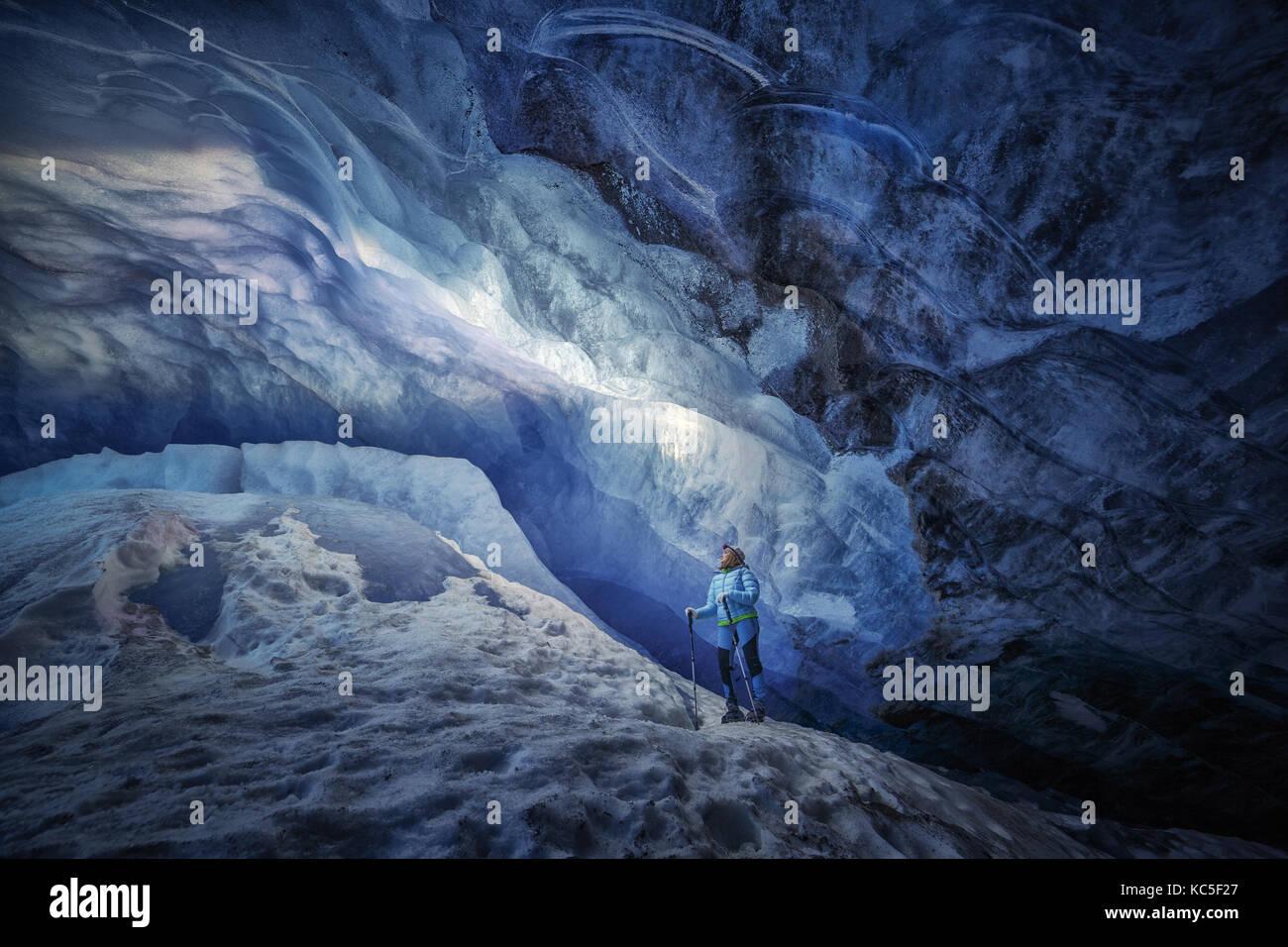 Explorer Mädchen in einer Eishöhle während einer Fotografie Expedition im Athabasca Gletscher Stockbild